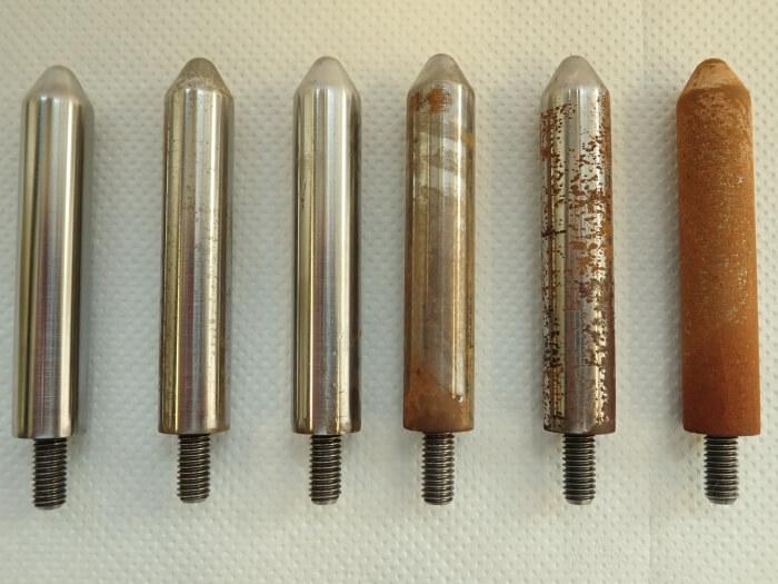 Stahlstifte mit verschiedenen Graden der Korrosion nach Testaufbau
