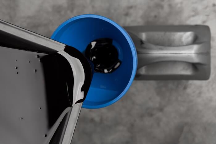 Altöl wird in einen Ölkanister geschüttet