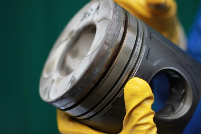 Aluminumkolben aus Gasmotor mit geringen Gebrauchsspuren