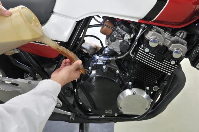 Motoröl nachfüllen im Motorrad, Ölwechsel