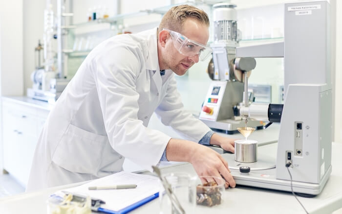 Laborant führt Konuspenetrationstest bei Fetten durch