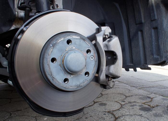 Freigelegtes Bremssystem eines Autos