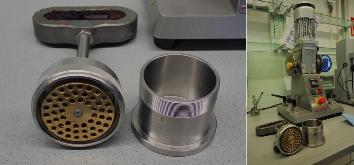 Grease kneader for a fulling penetration test