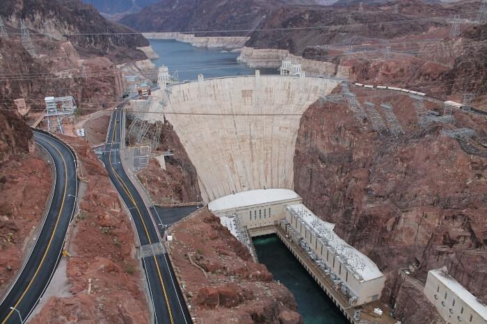 Blick ins Tal zum Hoover Staudamm in Nevada, USA