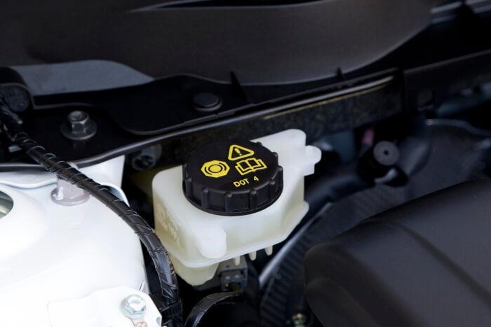 Behälter für Bremsflüssigkeit bei einem PKW