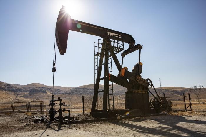 Ölbohrung in einer Wüste