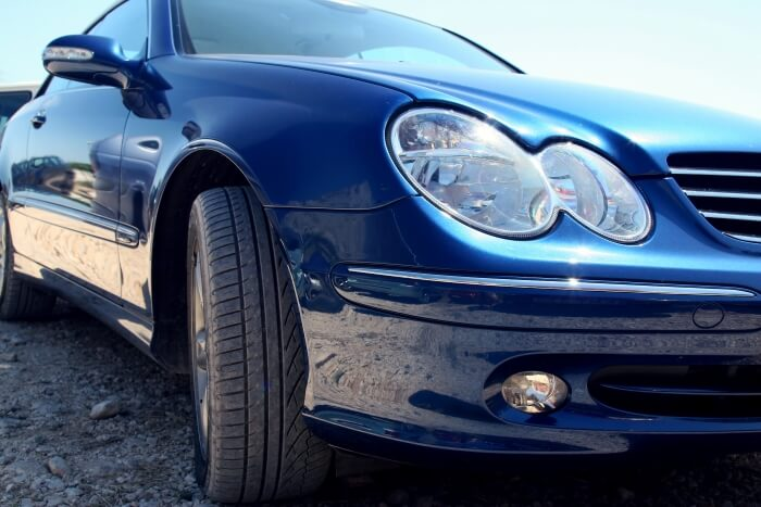 Blauer Mercedes-Benz auf einem Parkplatz