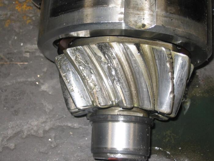 Fortgeschrittenes Schadensbild an einem Getriebe durch Pitting