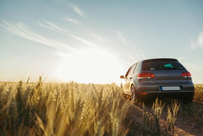 VW offroad im Feld bei Sonnenuntergang