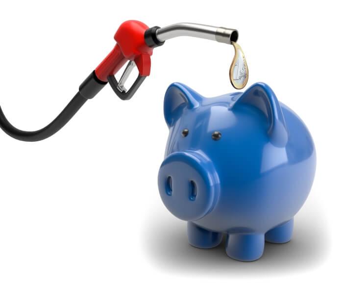 Zapfsäule füllt Geld in Sparschwein