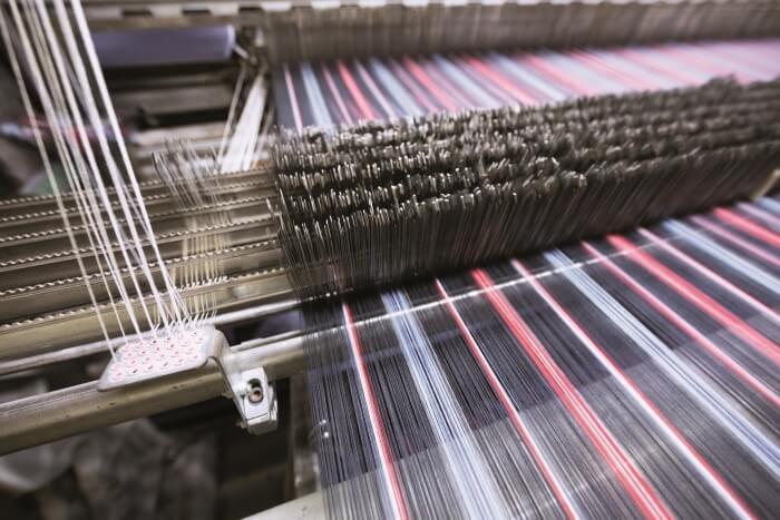 Industrielle Nähmaschine bei der Arbeit
