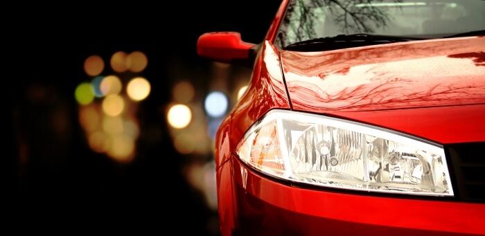 Renault Megane auf dunkler Straße