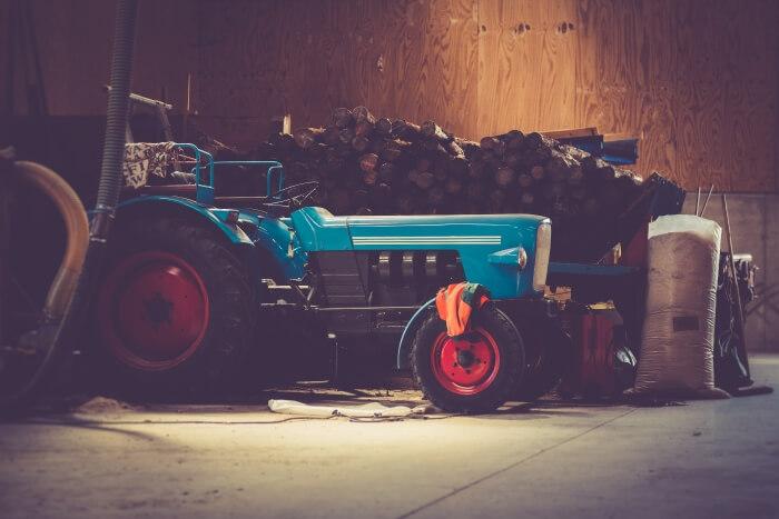 Ein Traktor steht in einer Scheune
