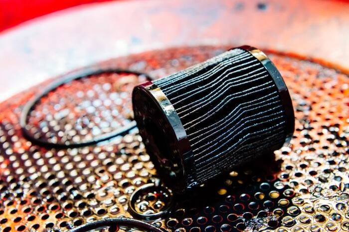 Benutzter Ölfilter beim Ölwechsel