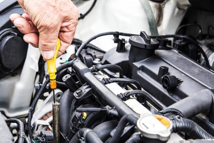 Ölstand messen bei einem Auto