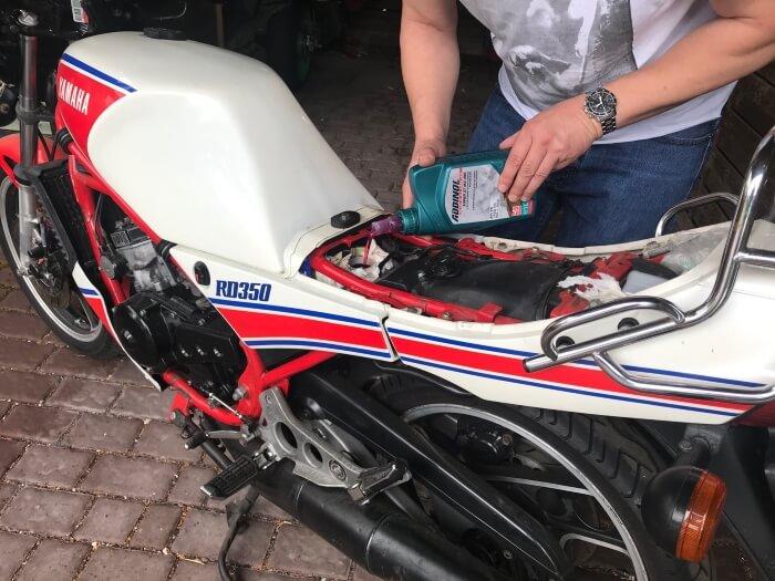 2 Takt Motorrad mit Getrenntschmierung, Öl einfüllen